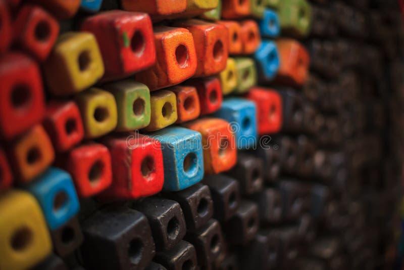 Os cubos coloridos que decoram o fundo da parede projetam, papel de parede, contexto, dados do sumário, caixa ou forma do grânulo imagem de stock