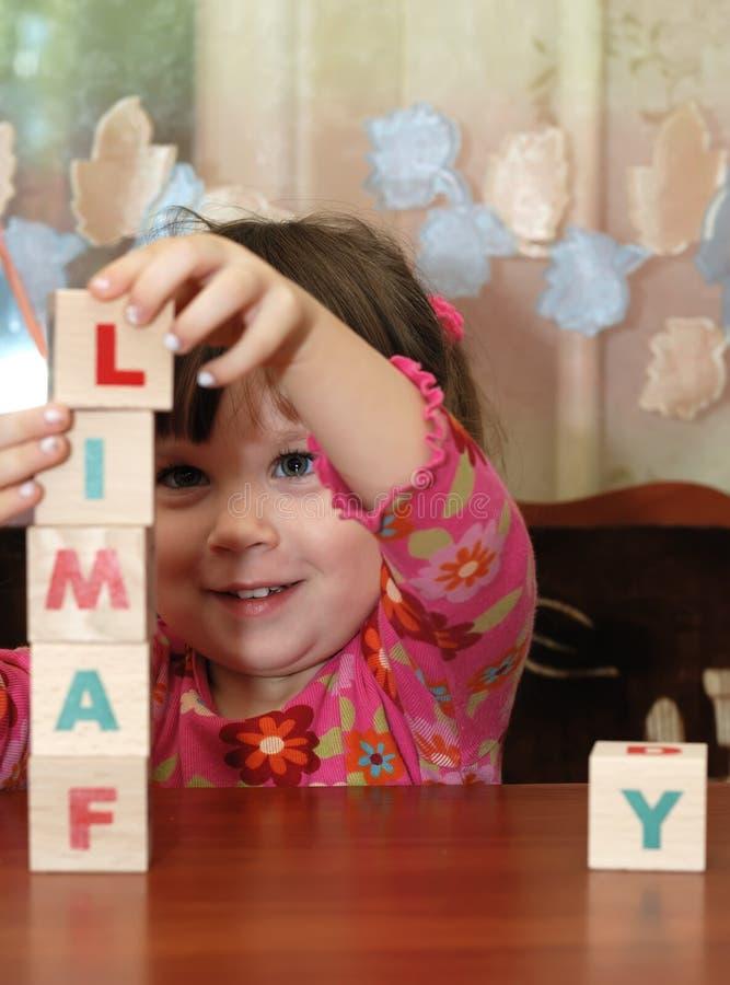 Os cubos da menina e do brinquedo fotografia de stock royalty free