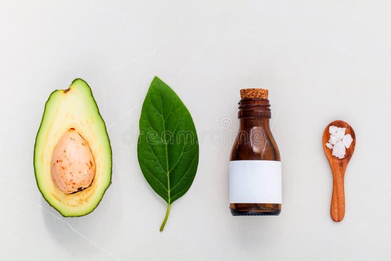 Os cuidados com a pele alternativos e esfregam o abacate fresco imagens de stock