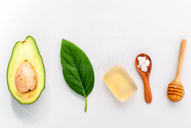 Os cuidados com a pele alternativos e esfregam o abacate fresco foto de stock royalty free
