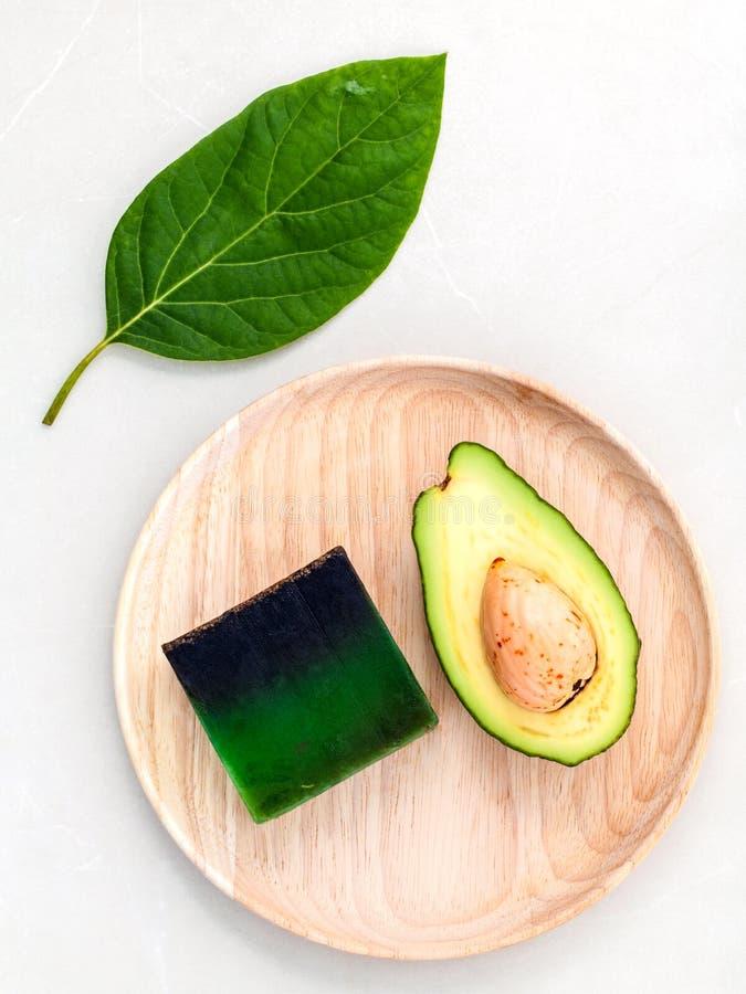 Os cuidados com a pele alternativos e esfregam o abacate fresco fotografia de stock