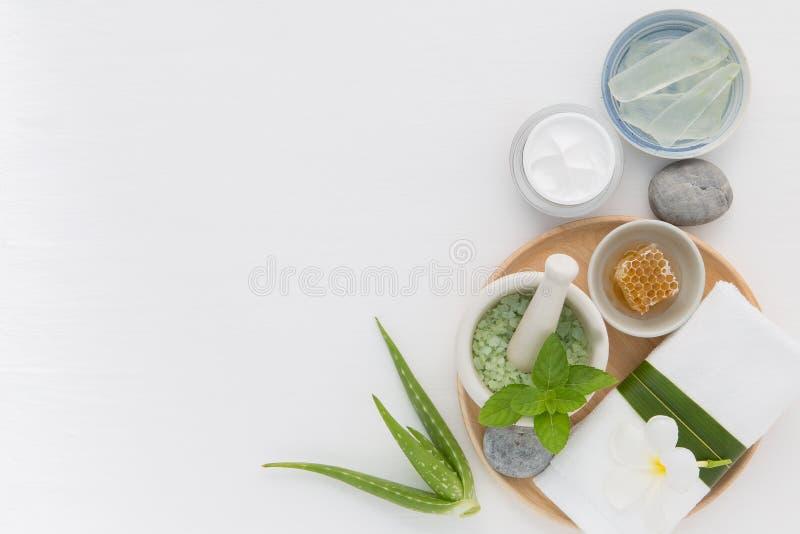 Os cuidados com a pele caseiros e o corpo esfregam com mel natural dos ingredientes fotos de stock