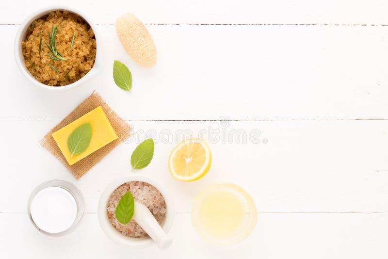 Os cuidados com a pele caseiros e o corpo importam-se com sal natural dos ingredientes, fotografia de stock royalty free