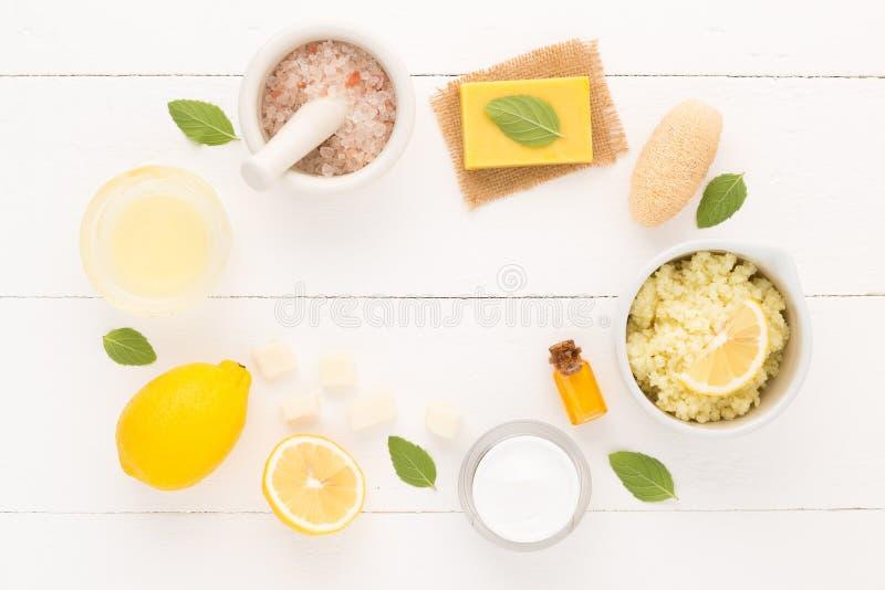 Os cuidados com a pele caseiros e o corpo importam-se com sal natural dos ingredientes, fotos de stock royalty free