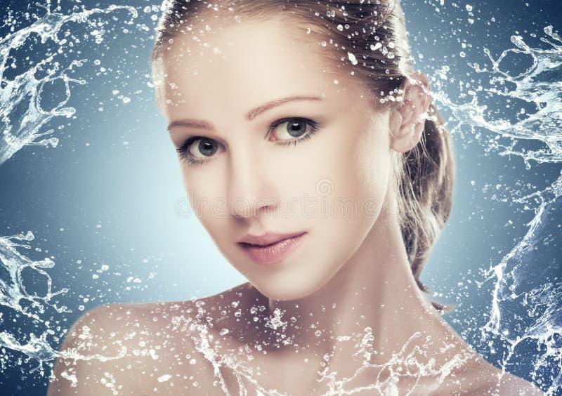 Os cuidados com a pele da beleza do conceito, cara da menina bonita com espirram e água foto de stock royalty free