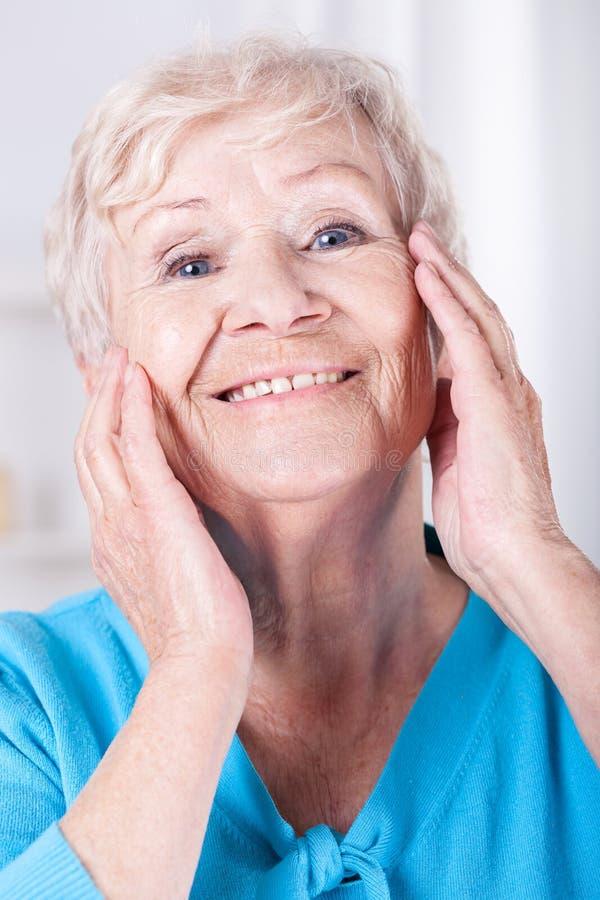 Os cuidados com a pele da mulher idosa fotos de stock