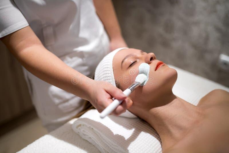 Os cuidados com a pele e limpam a terapia na massagem imagens de stock