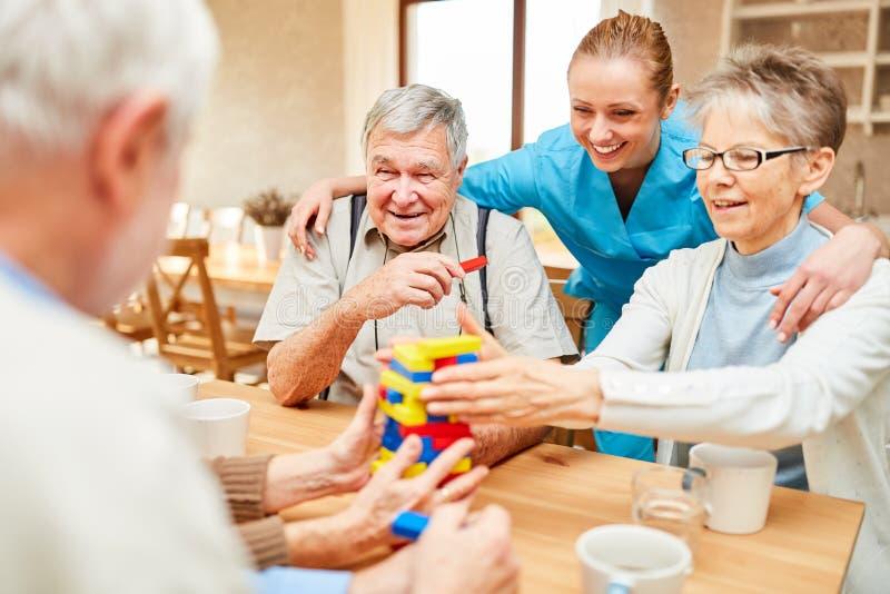 Os cuidados de enfermagem tomam dos s?niores imagens de stock