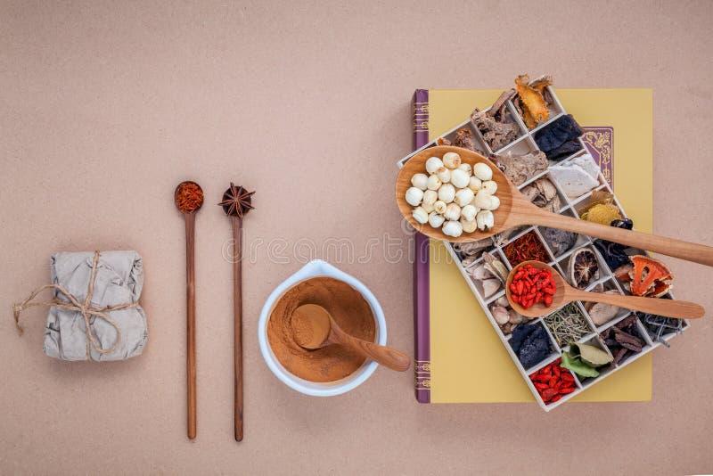 Os cuidados médicos alternativos secaram várias ervas chinesas na BO de madeira foto de stock royalty free