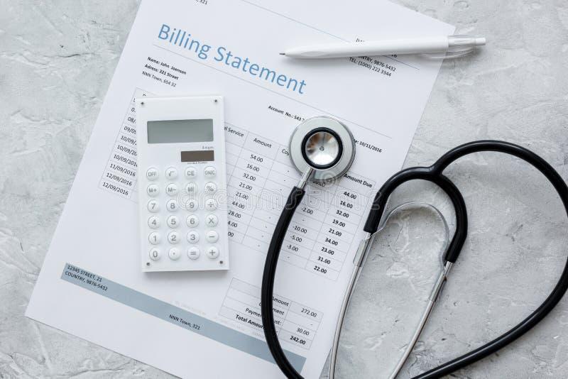Os cuidados médicos custam com indicação, estetoscópio e calculadora do faturamento na opinião de tampo da mesa de pedra imagens de stock royalty free