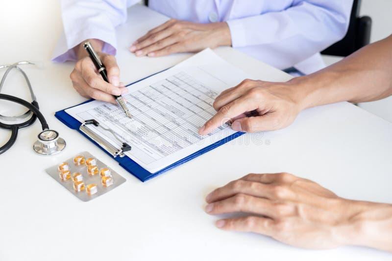 Os cuidados médicos e as éticas médicas conceito, doutor explicam a prescrição ao diagnóstico da vítima que dá uma consulta e um  imagem de stock