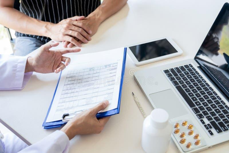 Os cuidados médicos e as éticas médicas conceito, doutor explicam a prescrição ao diagnóstico da vítima que dá uma consulta e um  fotos de stock royalty free