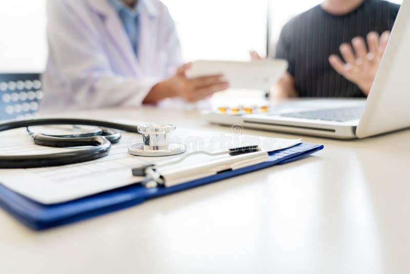 Os cuidados médicos e as éticas médicas conceito, doutor explicam a prescrição ao diagnóstico da vítima que dá uma consulta e um  foto de stock