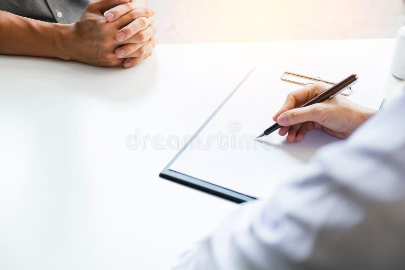 Os cuidados médicos e o conceito médico, o doutor e o paciente são discussin fotografia de stock