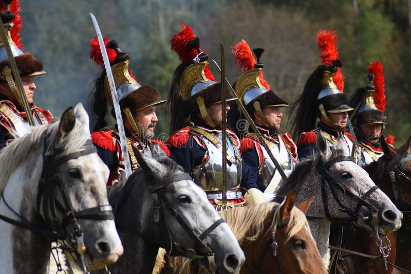 Os cuirassiers de Reenactors montam cavalos no reenactment histórico da batalha de Borodino em Rússia imagem de stock