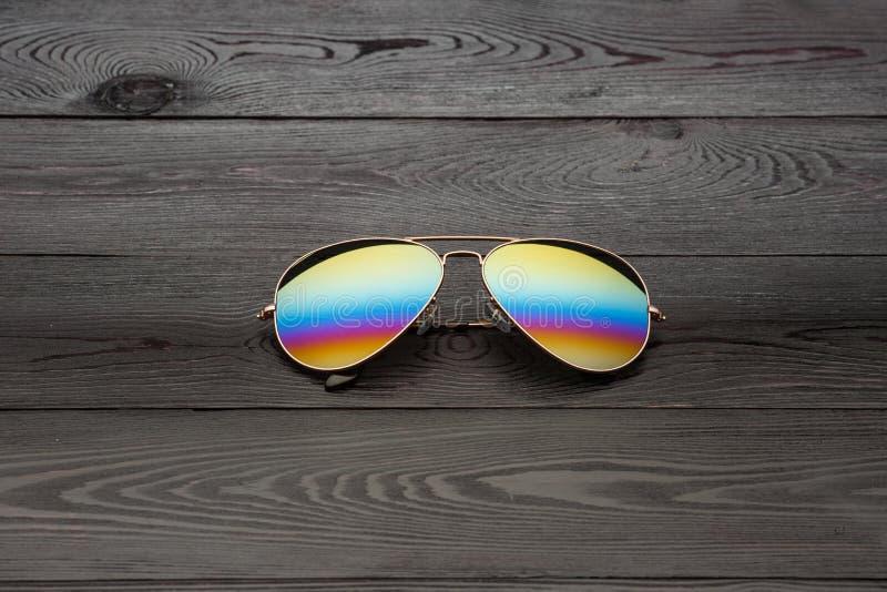 Os ?culos de sol do aviador do ver?o com as lentes espelhadas da cor fizeram do vidro em um quadro do metal da cor do ouro com um fotos de stock