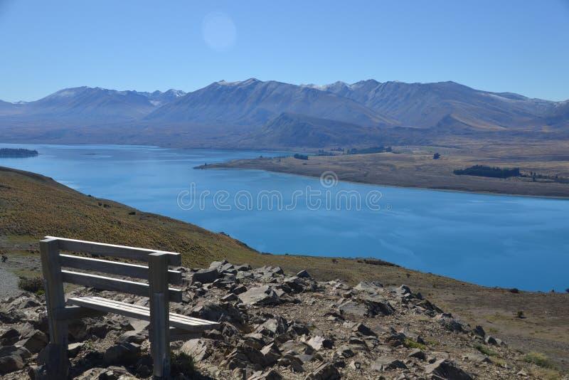 Os cumes do sul e o lago Tekapo em Nova Zelândia foto de stock royalty free