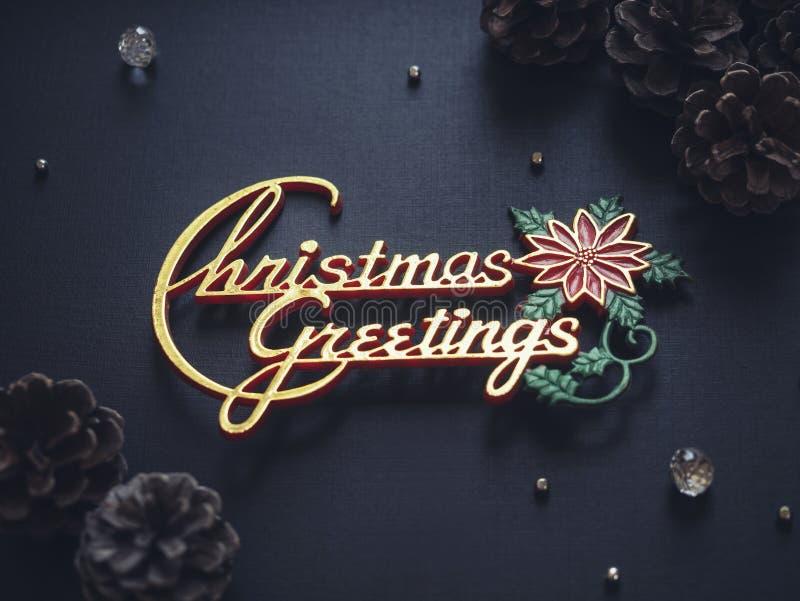 Os cumprimentos do Natal assinam o cartão preto do feriado do xmas do fundo fotografia de stock royalty free