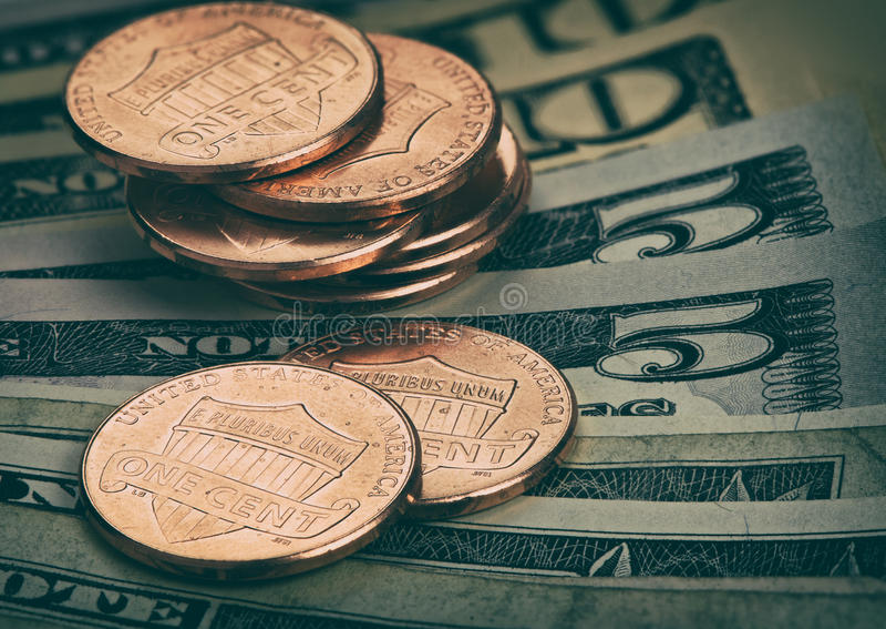 Os dólares americanos e os centavos fecham-se acima fotos de stock