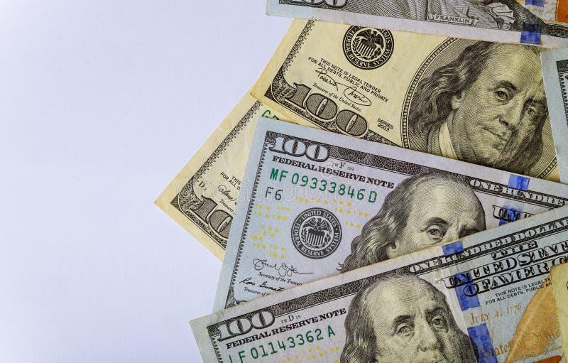 Os dólares das cédulas dos E.U. descontam dólares americanos em um fundo branco foto de stock