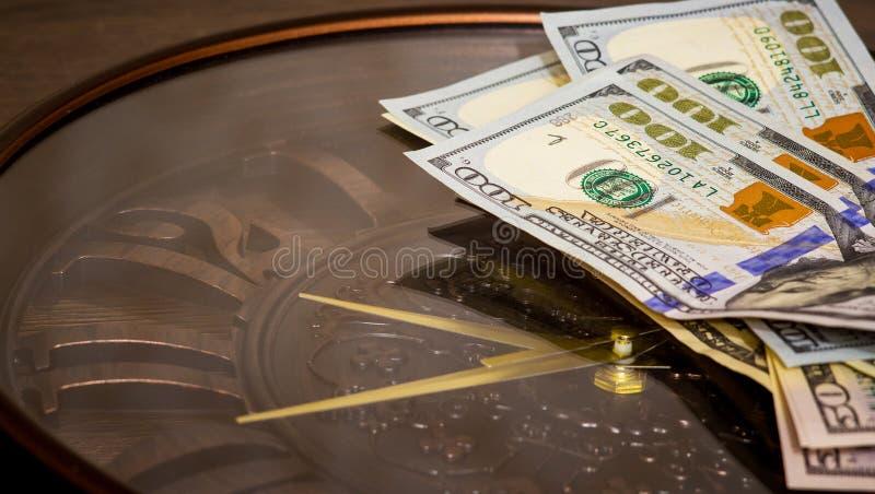 Os dólares encontram-se no pulso de disparo grande Hora de resumir em matérias financeiras Hora de ganhar o dinheiro O tempo é mo foto de stock