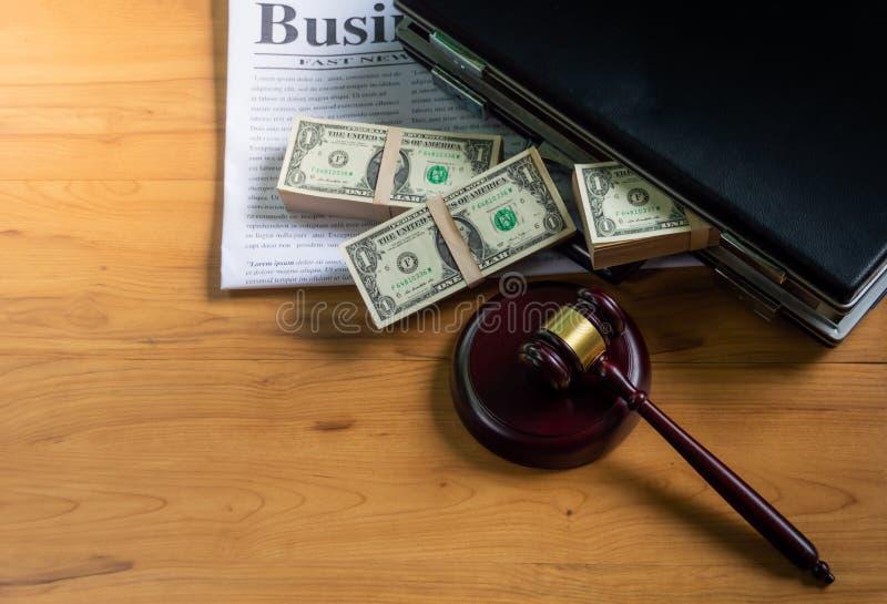 Os dólares na pasta puseram sobre um jornal de negócio fotos de stock royalty free