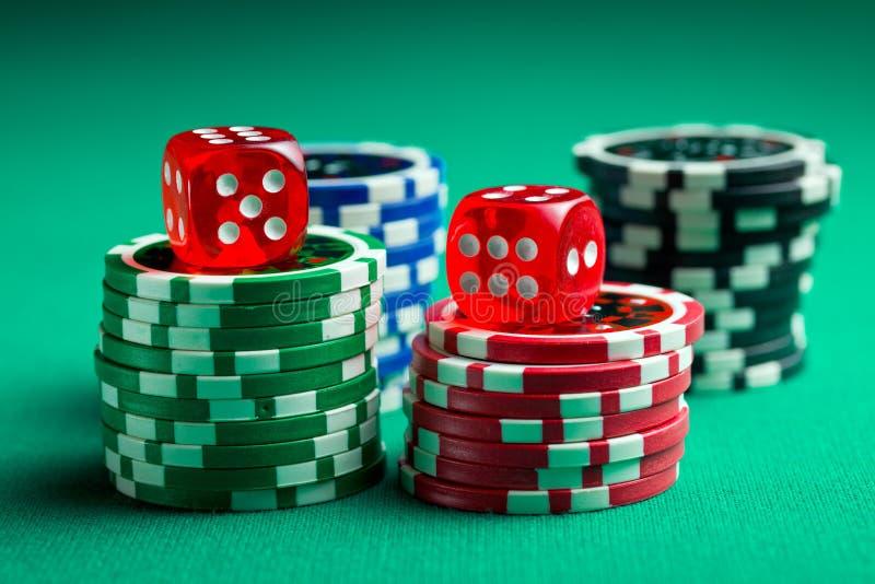Os dados do casino e as microplaquetas vermelhos do casino fotografia de stock royalty free