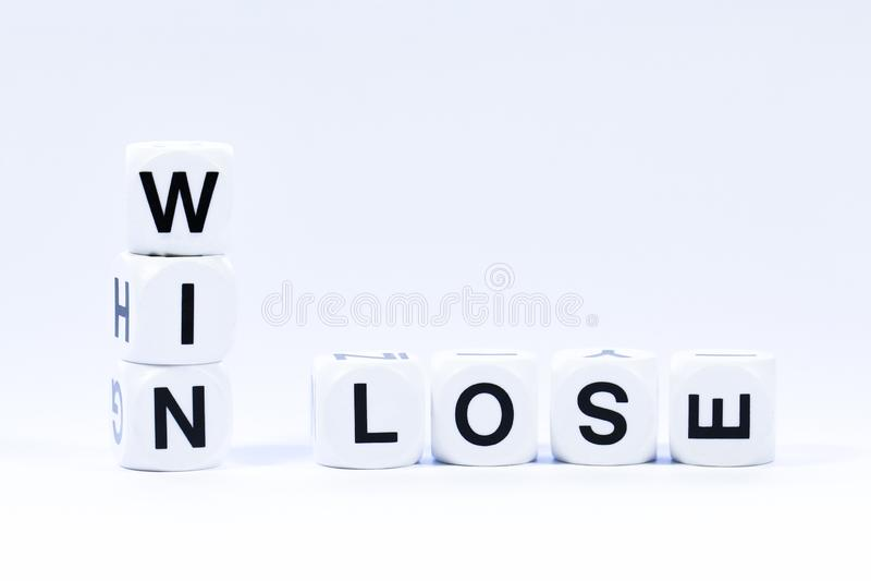 Os dados indicados por letras que soletram para fora as palavras ganham e perdem imagens de stock royalty free
