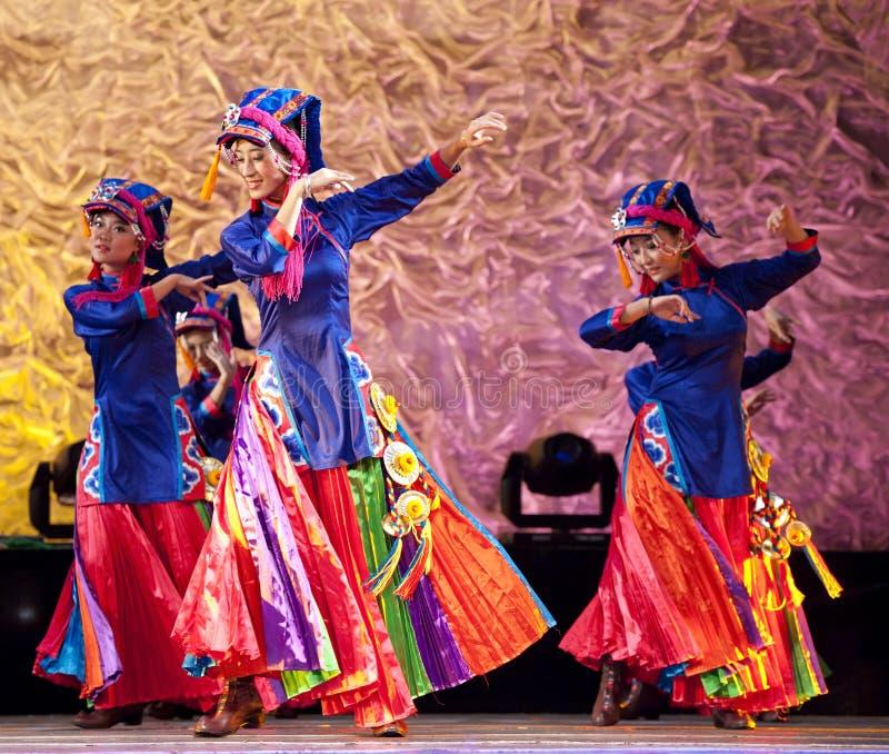 Os dançarinos étnicos tibetanos executam no estágio imagem de stock royalty free