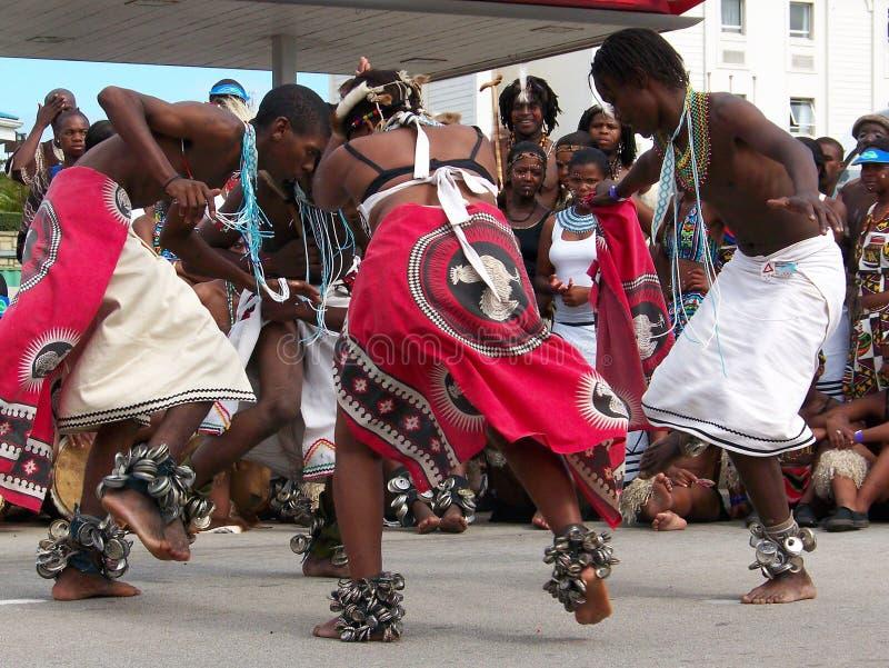 Os dançarinos africanos executam para multidões em Ironman foto de stock royalty free