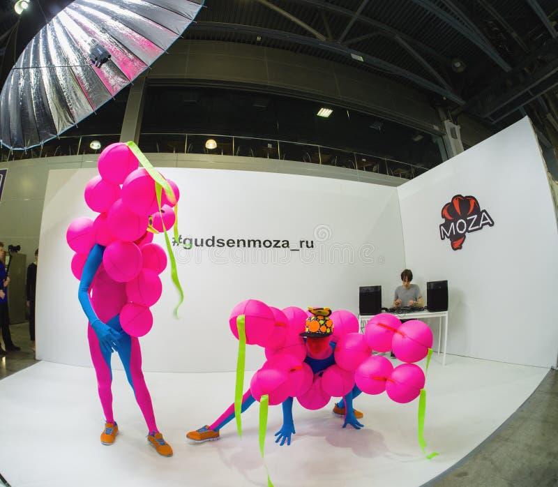 Os dançarinos de bailado não identificados em trajes coloridos exóticos executam um desempenho fotos de stock