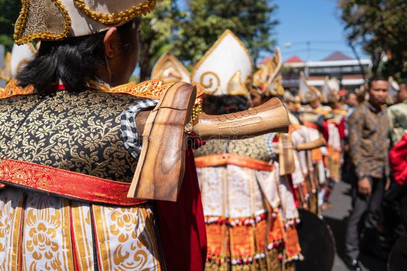 Os dançarinos de Baris Gede estão alinhando a preparação para a mostra na cerimônia de inauguração do festival de artes Pesta de  imagens de stock royalty free
