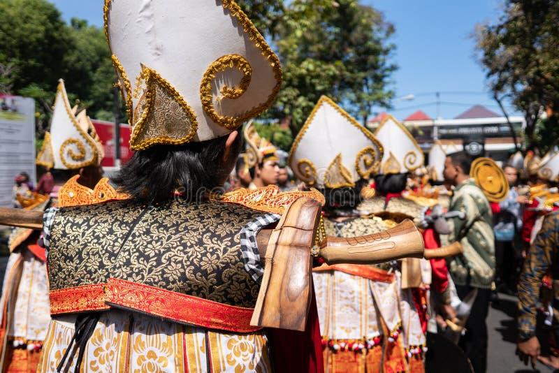 Os dançarinos de Baris Gede estão alinhando a preparação para a mostra na cerimônia de inauguração do festival de artes Pesta de  fotos de stock