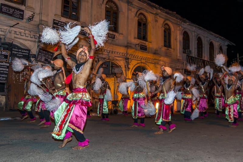 Os dançarinos de Chamara preparam-se para executar no Esala Perahera em Kandy, Sri Lanka imagens de stock royalty free