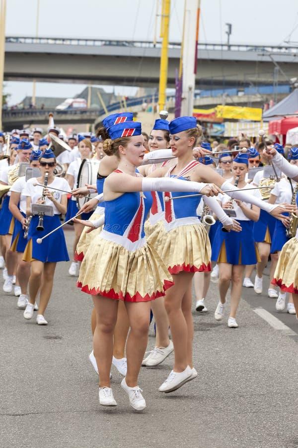 Os dançarinos nos trajes em grupos de navios da navigação desfilam fotografia de stock