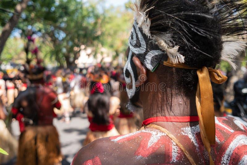 Os dançarinos Papuan estão preparando-se para um desempenho no festival de artes Pesta 2019 de Bali Kesenian Bali Isto está um pú imagens de stock