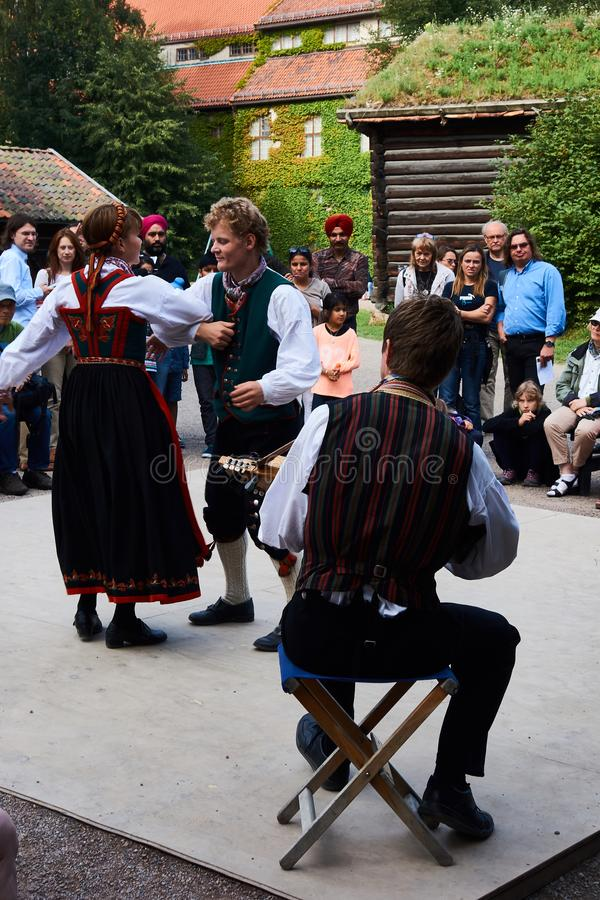 Os dançarinos populares noruegueses tradicionais skansen dentro em Oslo fotos de stock