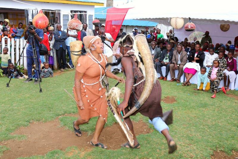 Os dançarinos tradicionais executam em uma cerimônia de casamento africana do kikuyu fotografia de stock