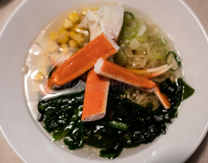 Os deliciosos macarrões japoneses com caranguejo e algas na tigela imagem de stock