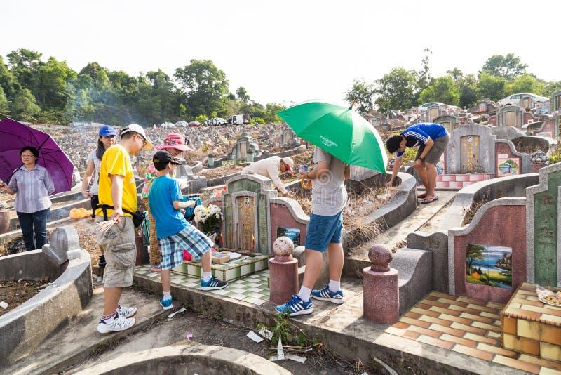 Os descendentes chineses limpam e oferecem orações aos antepassados durante o festival anual de Qing Ming imagens de stock royalty free