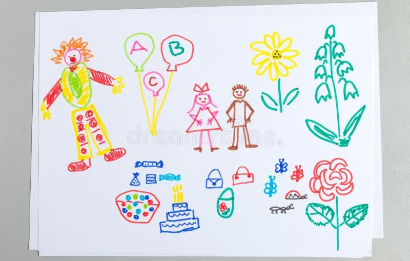 Os desenhos da criança ajustaram-se dos elementos da festa de anos isolados no fundo branco fotos de stock royalty free