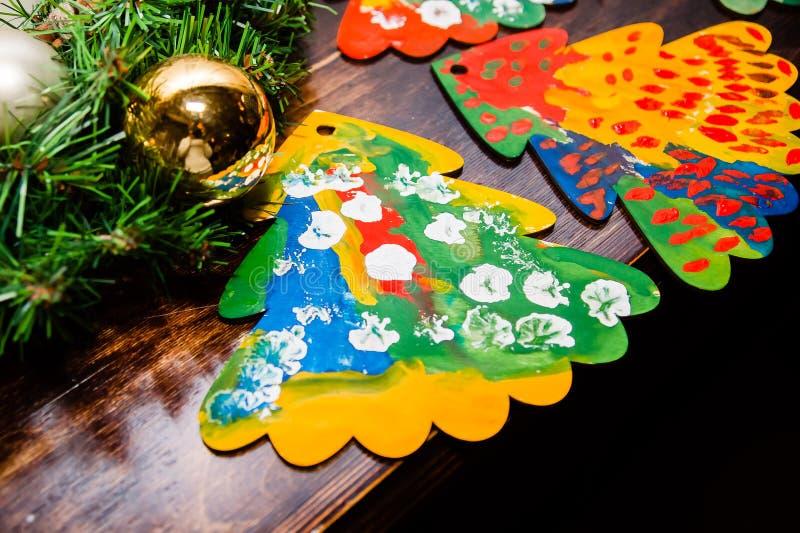 Os desenhos da criança de uma árvore de Natal com decoração do Natal fotografia de stock