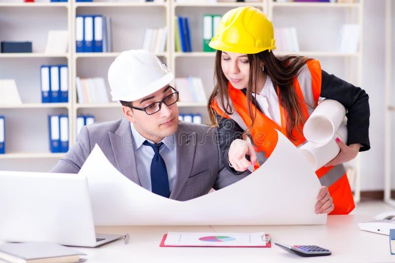 Os desenhos de revisão do supervisor do contramestre da construção imagem de stock