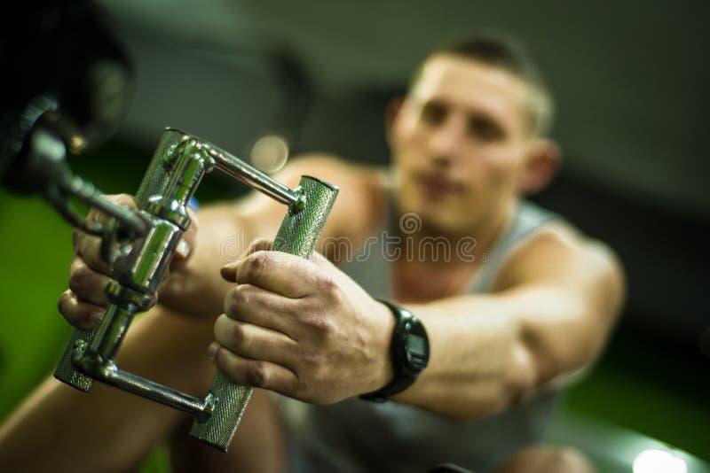Os desportistas fazem o exercício no centro de aprendizado imagens de stock royalty free