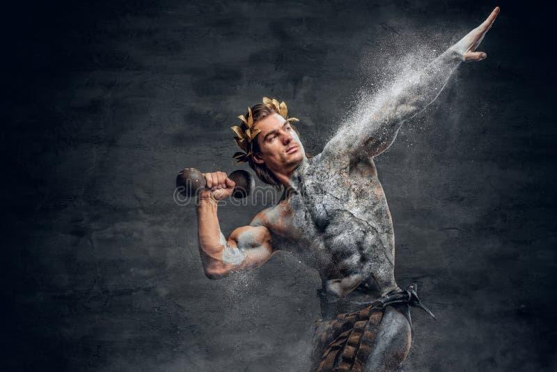 Os desportistas masculinos do grego clássico guardam o peso imagens de stock royalty free