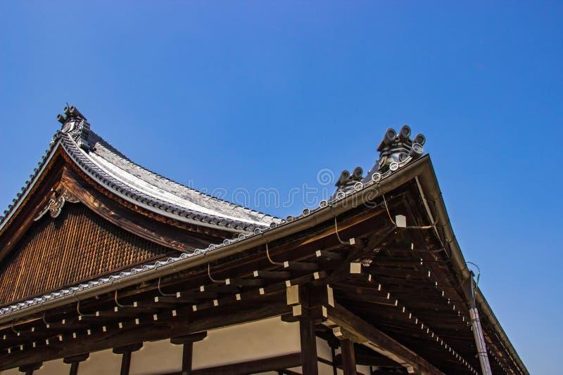 Os detalhes de telhado japonês de madeira tradicional do templo no templo budista e no parque da área são identidade em Kyoto fotos de stock