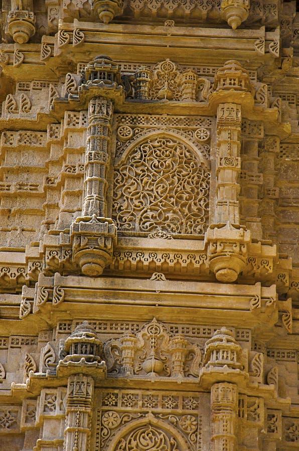 Os detalhes de uma coluna cinzelada da parede exterior da mesquita de Kevada Masjid, UNESCO protegeram Champaner - o parque arque fotos de stock royalty free