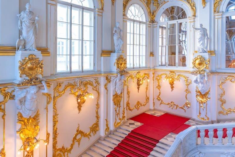 Os detalhes interiores de Jordan Staircase do palácio do inverno no eremitério do estado foto de stock