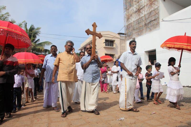 Os devotos guardam a cruz santamente em sua cabeça fotografia de stock royalty free
