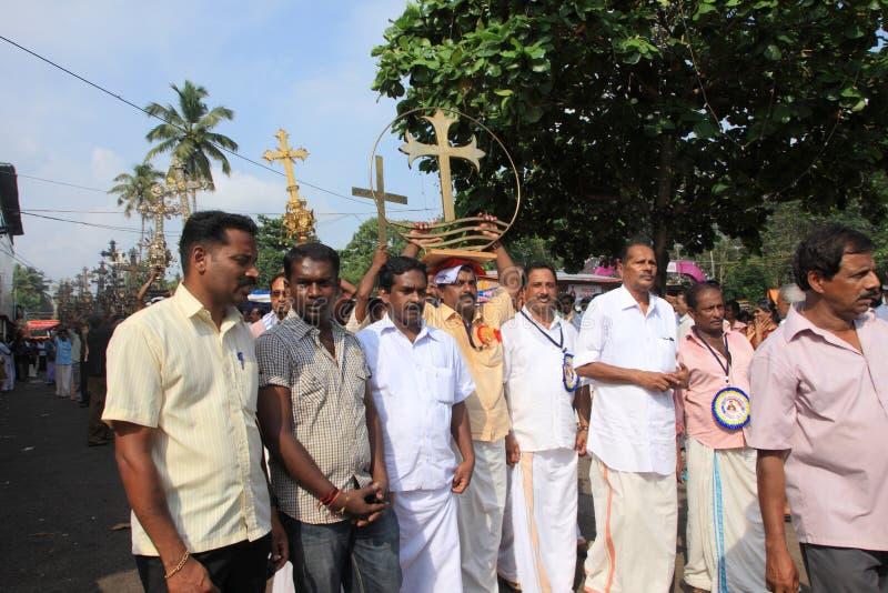 Os devotos guardam a cruz santamente em sua cabeça foto de stock royalty free